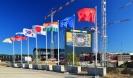 Флаги, представляющие государства-участники ИТЭР и Организацию ИТЭР на фоне строительства. Фотография сделана 20 апреля 2017 года. Фотография © ITER Organization